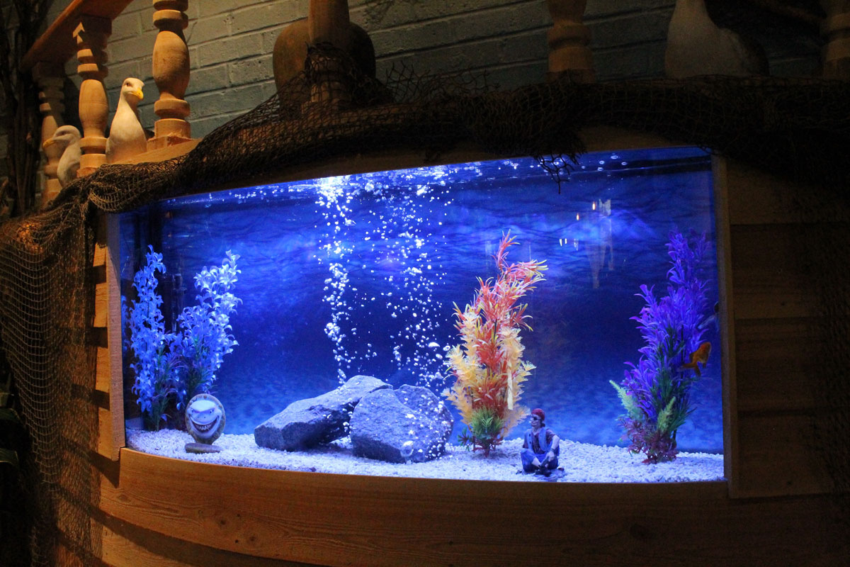 captain-jacks-ship-fish-tank-interior